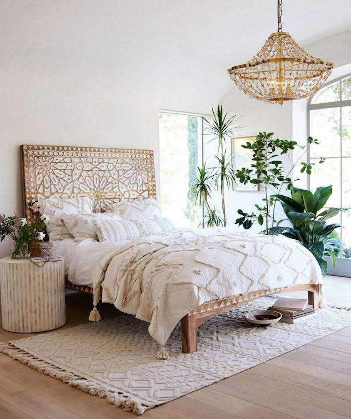 Interieur plante verte chambre bohème, deco exotique, chambre boheme, tapis blanche tete de lit joliment decore