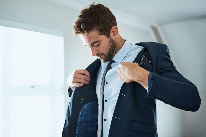 Costume mariage tenue homme chic, tenue de soirée homme tendances 2020, chemise bleu claire et veste bleu foncé