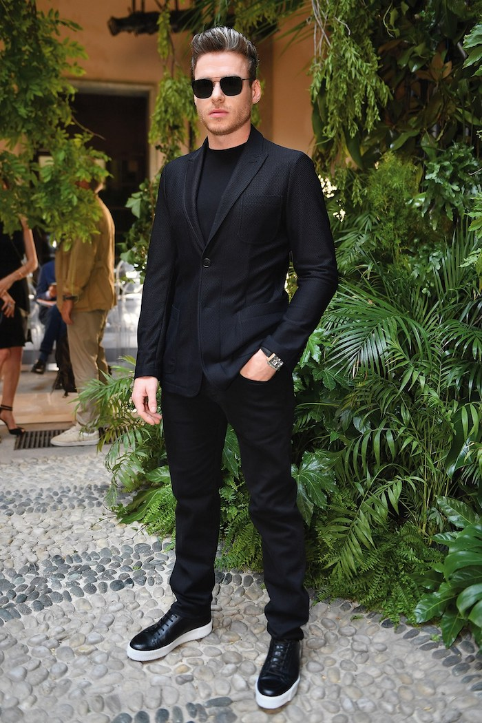 Tenue tout noire, costume homme avec basket, s'habiller classe tenue de soirée homme, look homme 2020