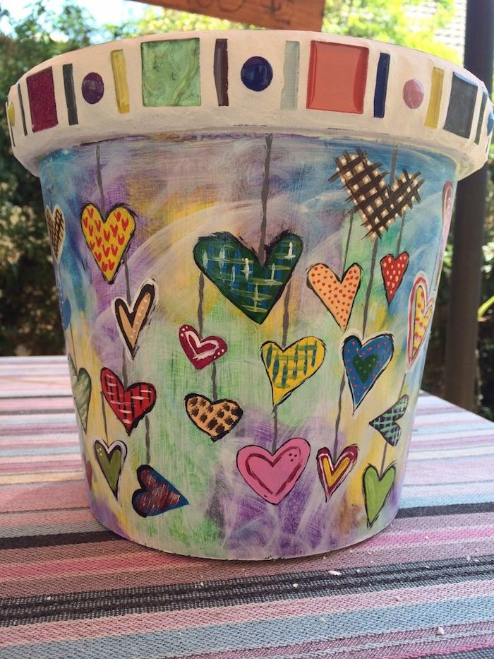 motif peinture aquarelle pour customiser pot de fleur avec dessin de coeurs en peinture, idee deco jardin a faire soi meme