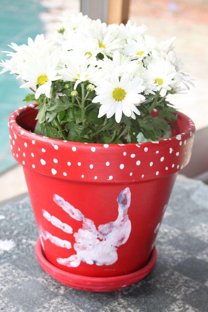 deco pot de fleur rouge avec empreinte de main et pois blancs, cadeau fete des meres a faire soi meme avec objet recup