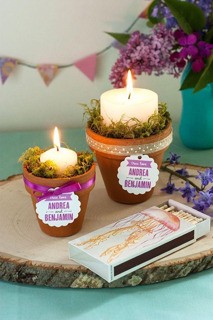 porte bougie en terre cuite avec mousse florale et bougie a l interieur, ruban mauve et étiquette cadeau, déco de pot de fleur