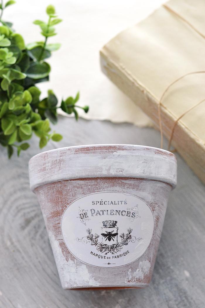 modele deco pot de fleur vieilli avec de la peinture blanche, comment patiner un pot de fleur, deco sticker vintage