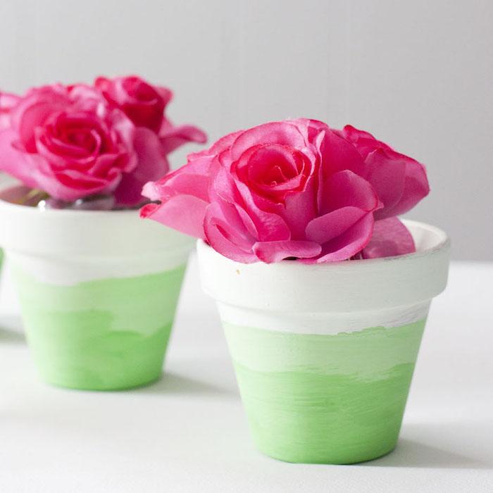 decoration pot de fleur effet ombré en vert avec des fleurs artificielles a l interieur, cache pot recup original