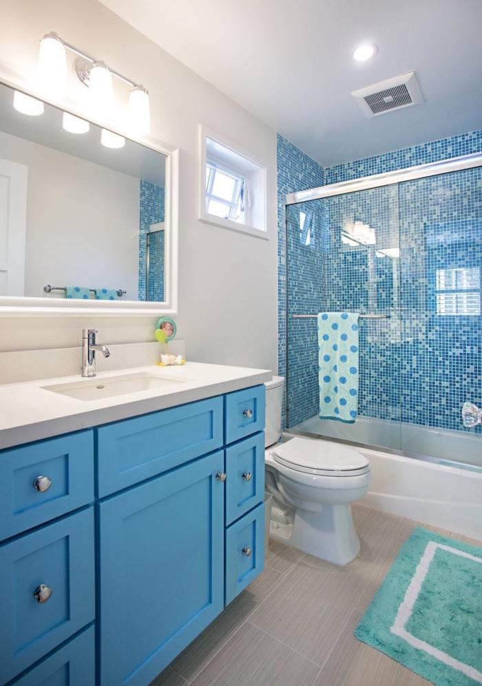 modele de salle de bain blanc et bleu avec sol gris, exemple comment décorer une salle d'eau pour enfants