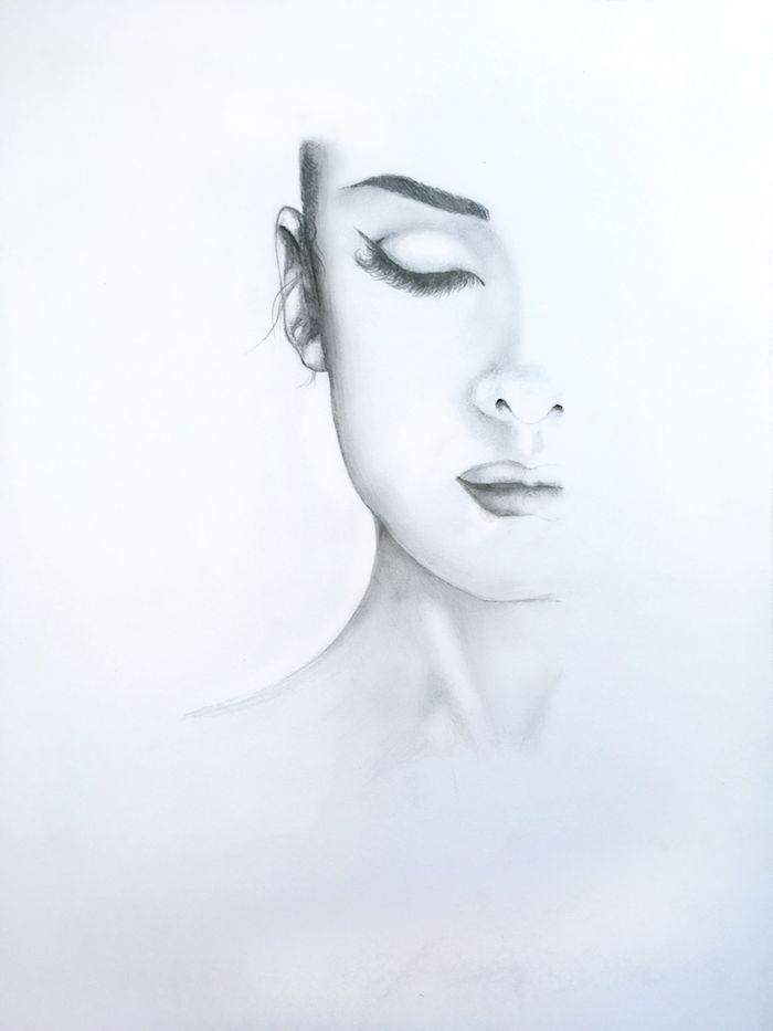 dessin noir et blanc au crayon, visage femme à moitié dessiné, des yeux fermés, petite bouche et nez retroussé