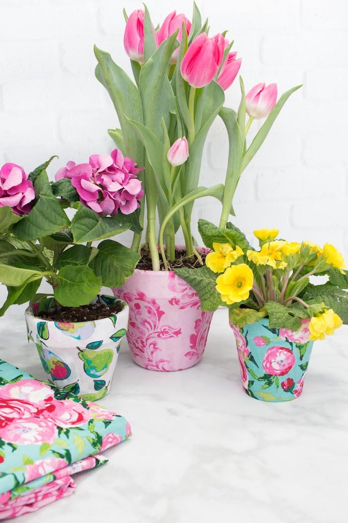 comment customiser un pot de fleur de motifs floraux en tissu appliqués sur le support, fleurs de printemps, bricolage printemps creatif