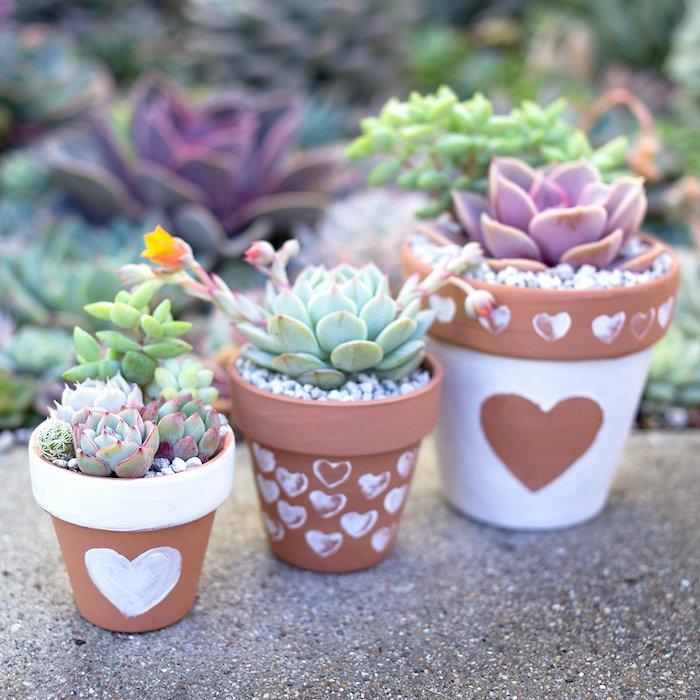 pots de fleurs repeint en blanc à motif coeur, idée comment customiser ses pots en terre cuite avec peinture