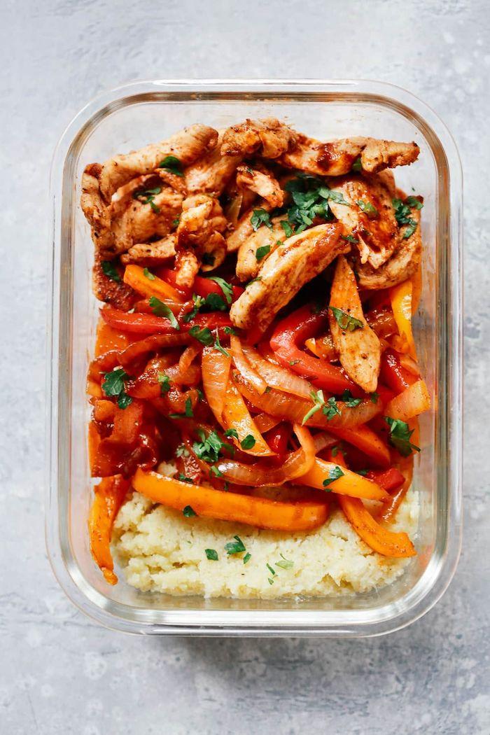 recette fajitas poulet simple avec riz de chou de fleur, lanières de poulet, d oignons, poivrons et autres légumes et épices, repas du soir équilibré