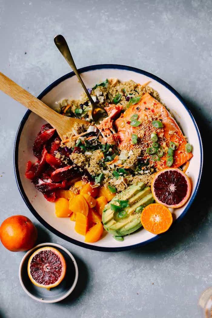 recette pavé de saumon avec salade et quinoa, pamplemousse, avocat, exemple repas du jour simple