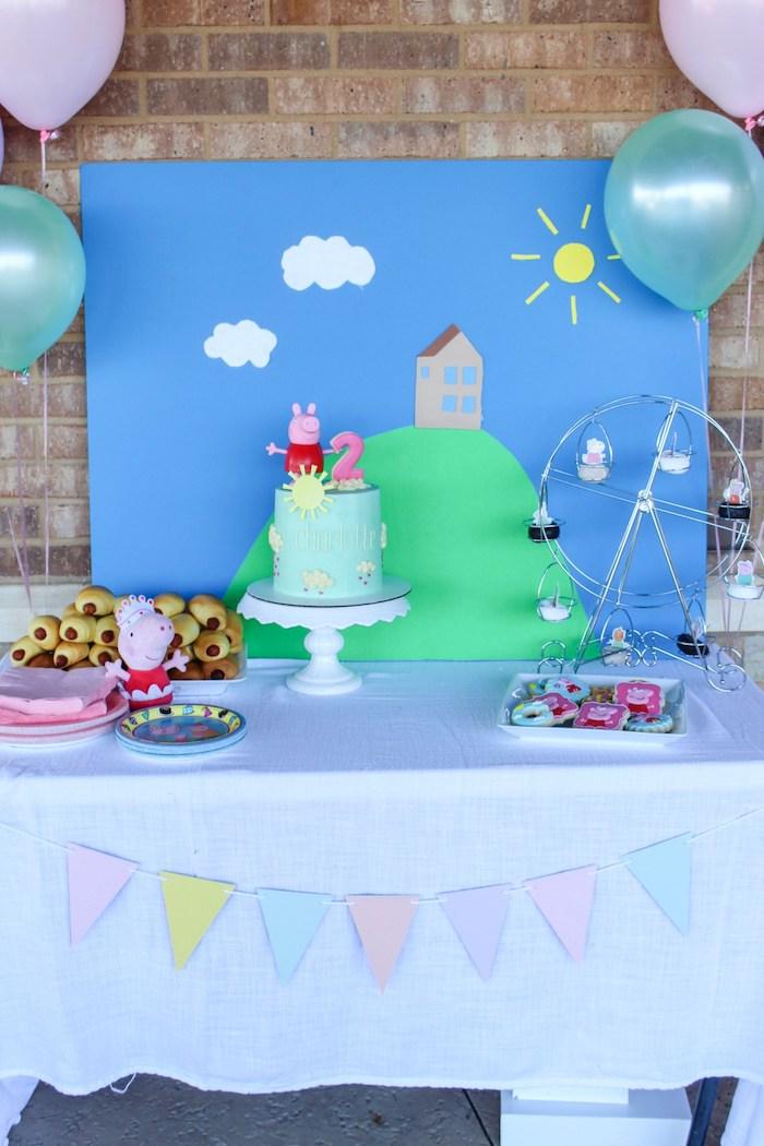 Déco de table anniv 2 ans, haut gateau anniversaire peppa pig, idée gateau de couches, biscuits colorés jolies