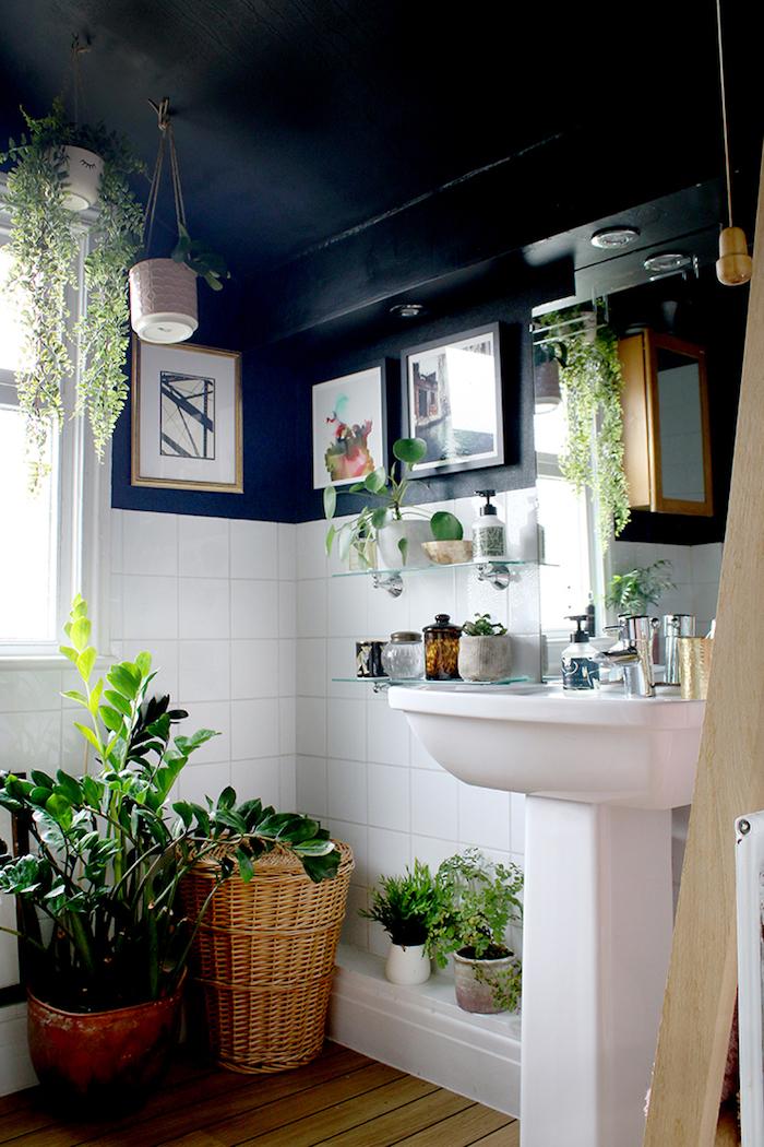 Bleu foncé peinture et carrelage blanc, mur bicolore, déco bohème chic avec beaucoup de plantes vertes