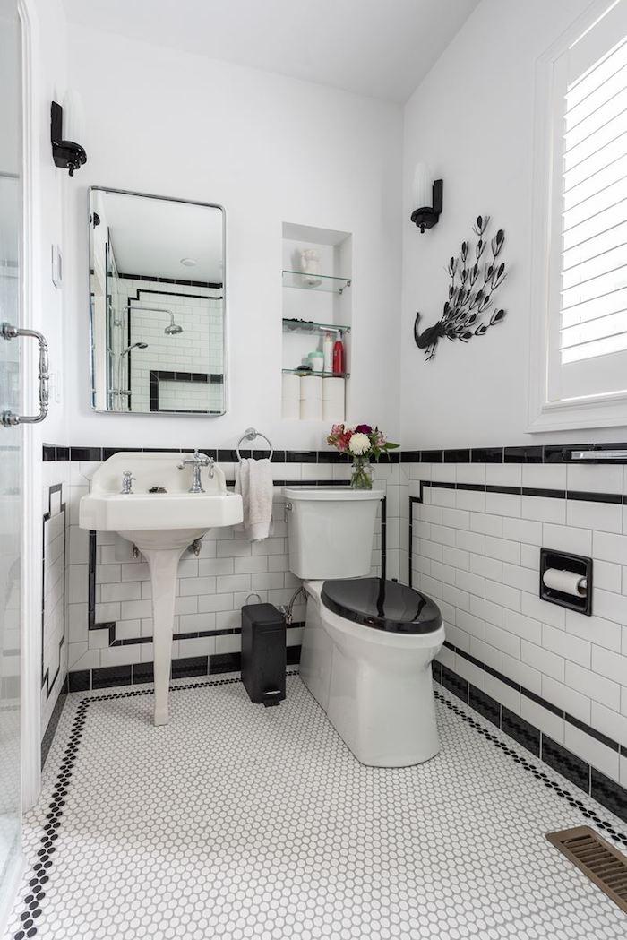 Paon noir metal pour décorer une salle de bain avec baignoire, decoration murale moderne en noir et blanc
