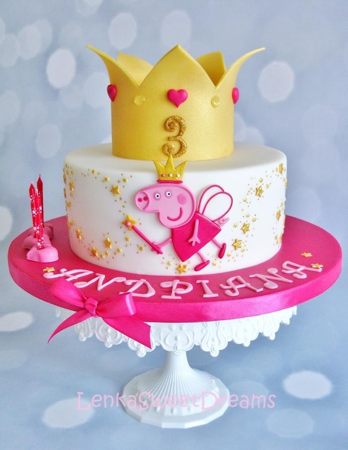 Dessin peppa pig en pâte à sucre rose deux nuances, gateau anniversaire 3 ans thème cochon et couronne