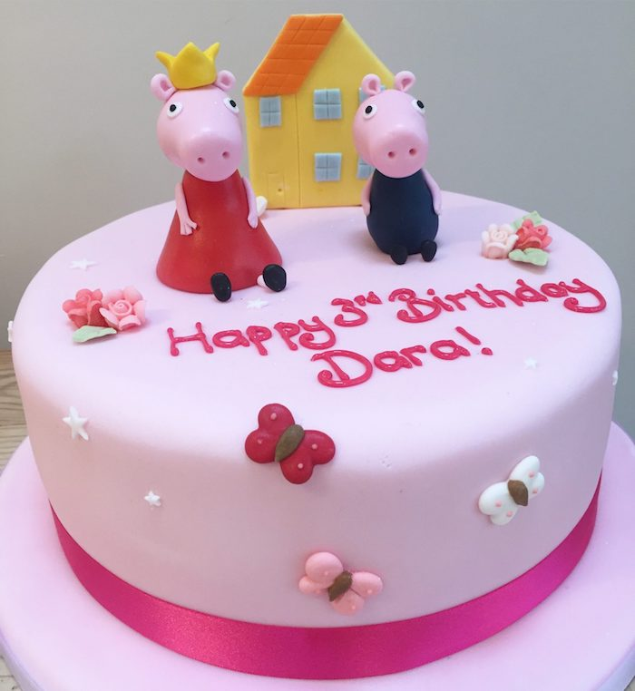 Le troisième anniversaire de Dara, gateau anniversaire enfant en pate rose, image gateau anniversaire peppa