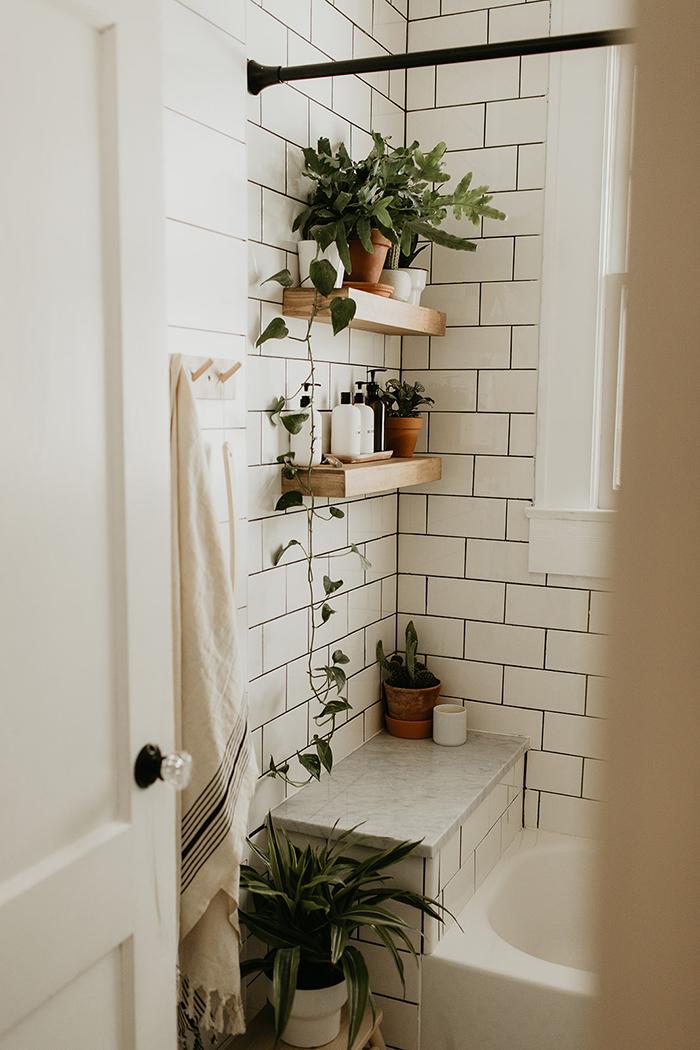 Vintage salle de bain avec étagère sur le mur salle de bain carrelage blanc, tendance salle de bain idée decoration