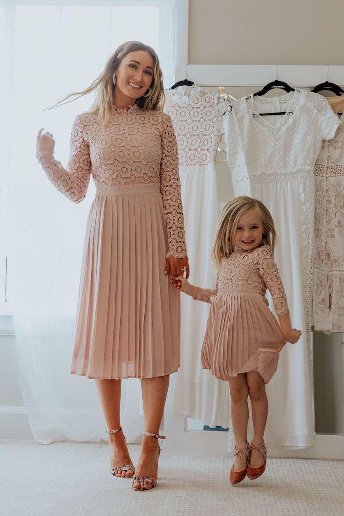 Les demoiselles d'honneur en robes rose pale, idée de tenue chic, porter une robe assortie avec de l'élégance