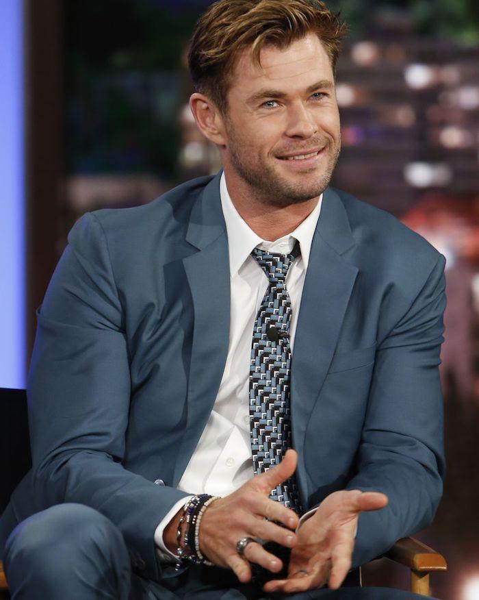 Cris Hemsworth tenue classe homme, comment bien s'habiller homme classe avec costume bleu cravate geometrique et chemise blanche