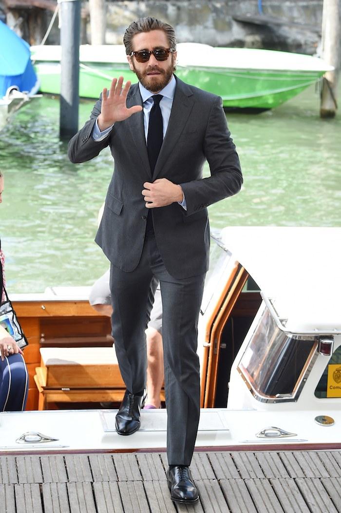 Tailleur noir avec chemise bleu claire style vestimentaire homme, look homme 2020 vêtements chic