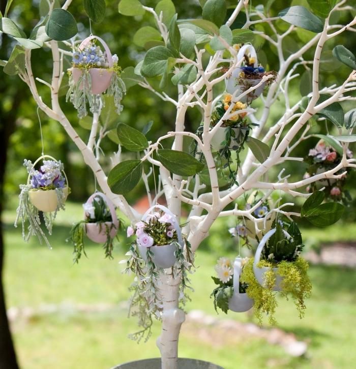 activité paques facile et rapide, exemple comment faire un arbre original pour la fête des Pâques décoré de mini ornements