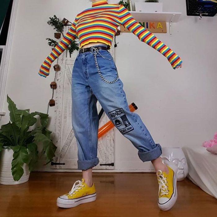 Tip court à manche longue rayé typique vetement année 90, mannequine tenue vintage femme inspiration tenue avec basket