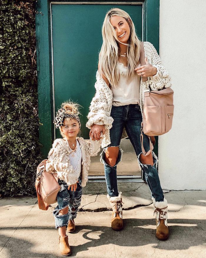 Tenue cool pour mère fille swag, avoir de la swag, tenue jean déchirée et gilet blanche cosy, bottines brunes
