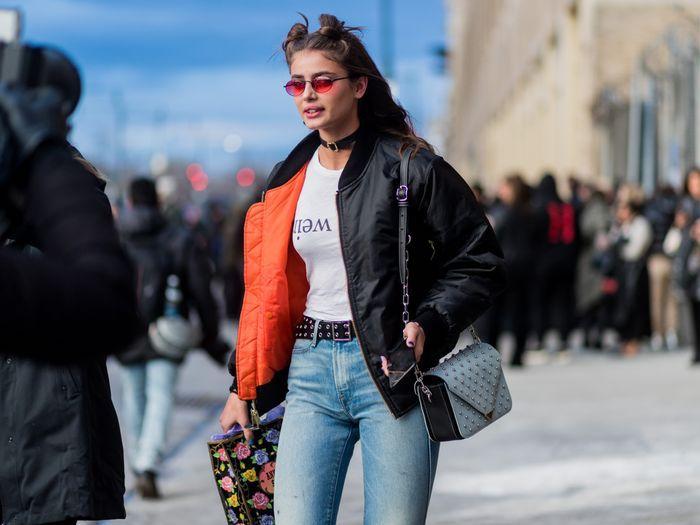 T-shirt wierd écriteau à rebours, jean taille haute et veste double style vestimentaire année 90, habit année 90 mode feminine