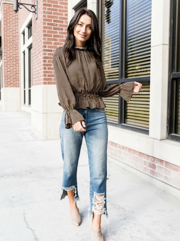 look chic en tenue année 70 avec jeans clairs à taille haute et blouse ceinturée avec manches à effet de couleur grise