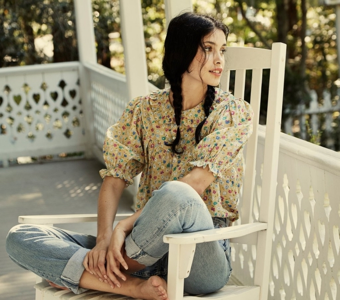 idée de look année 70 en blouse prairie beige à design fleuris combinée avec paire de jeans clairs à taille haute
