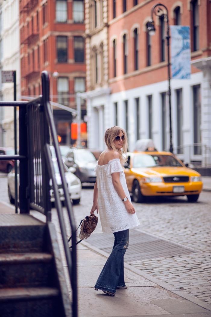 comment s'habiller de style rétro femme, exemple de tenue année 70 en pantalon évasé denim et blouse tunique blanche