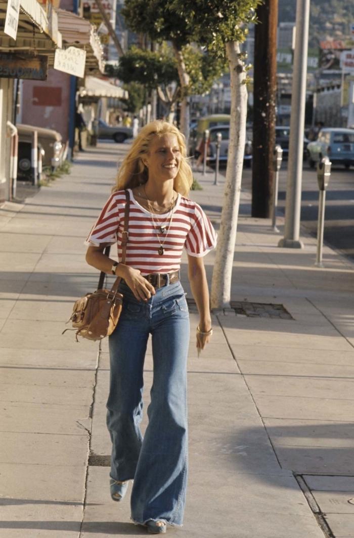 comment bien s'habiller de style rétro chic, look casual femme en jeans à patte d'éléphant et t-shirt blanc et rouge