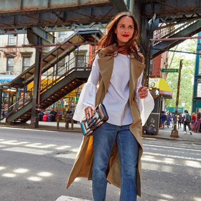 comment bien s'habiller femme de style rétro chic, idée de look année 70 en jeans et chemise blanche avec gilet sans manches