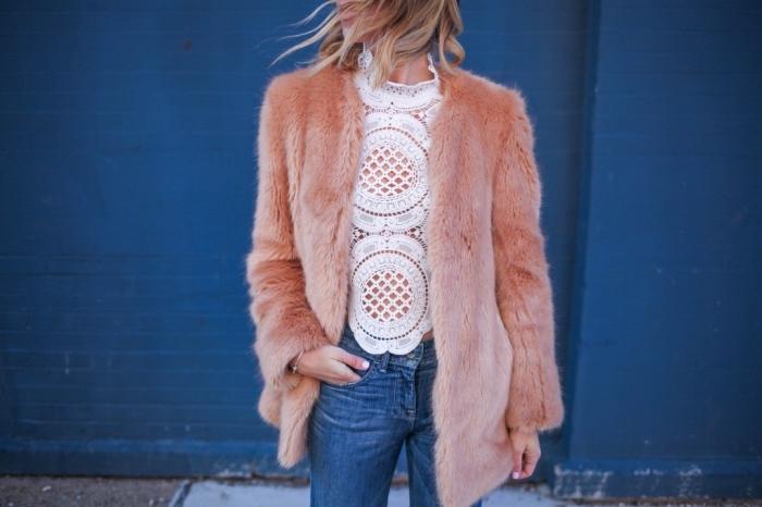 idée de look année 70 pour femme chic, vision femme élégante en jeans et blouse en dentelle blanche combinés avec manteau fourrure