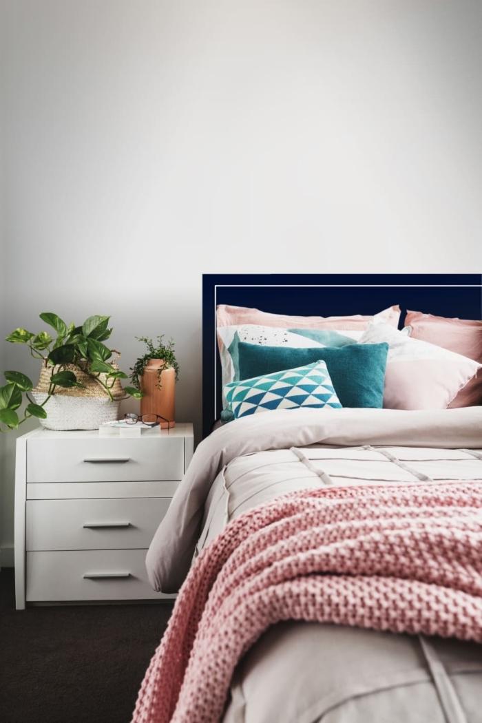 diy tete de lit facile à réaliser avec peinture de couleur tendance 2020 bleu nuit, design chambre moderne aux murs gris avec accents roses