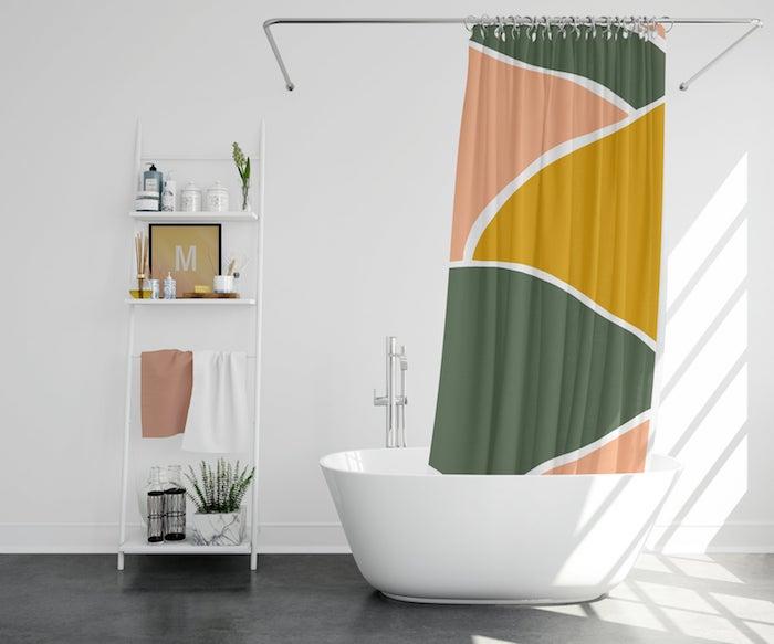 Rideau coloré pour la salle de bain blanche, rangement metal decoration murale moderne, deco salle de bain carrelage