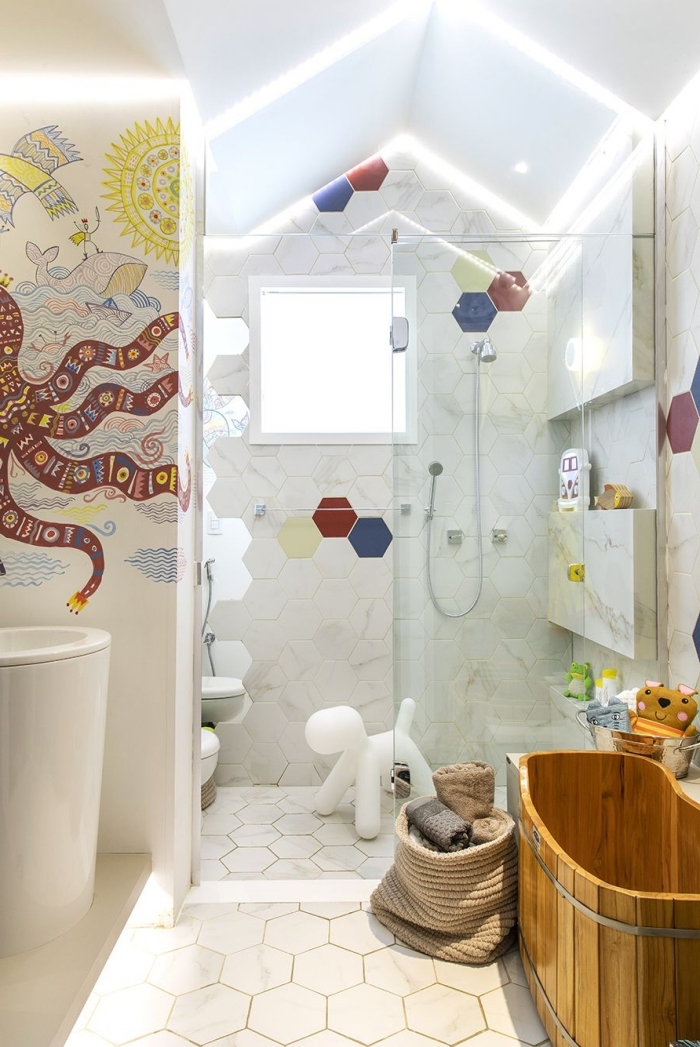 inspiration salle de bain petit espace de style moderne, design salle d'eau avec cabine de douche et baignoire enfant
