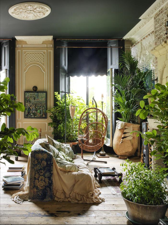 Jungle déco salon, plafond gris sombre, idée chaise balançoire en rotin, plante interieur dépolluante, plante pour chambre a coucher