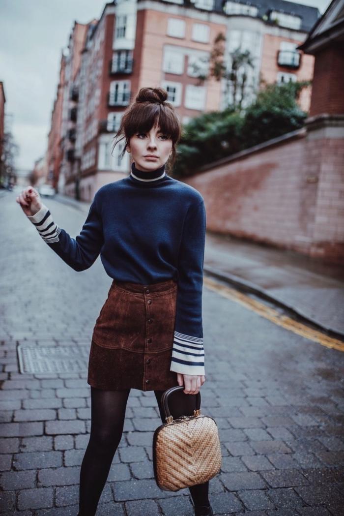 exemple de look année 70 femme en jupe courte à taille haute en suède marron combiné avec pull bleu foncé