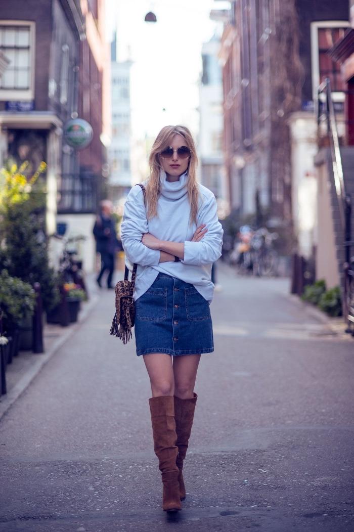 idée de déguisement année 70 facile pour femme, comment bien s'habiller en jupe denim courte et pull à col roulé