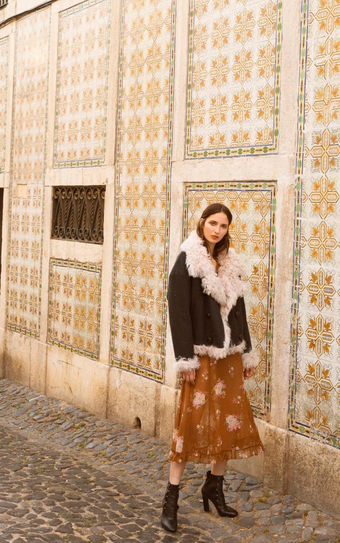 idée de look hippie chic en robe maxi couleur marron combinée avec bottes cuir à talons et manteau suède marron foncé