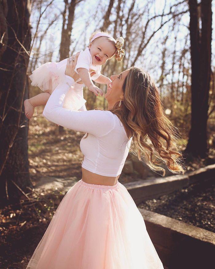 Jupe tulle et top blanc court, idée tenue mère-fille, vêtements assortis mère fille 1 anniversaire bébé