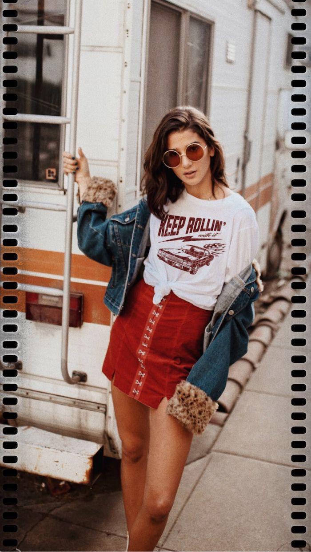 Jupe rouge et t-shirt blanche avec voiture vintage, veste jean, image habit année 90, style vestimentaire année 90 tendances