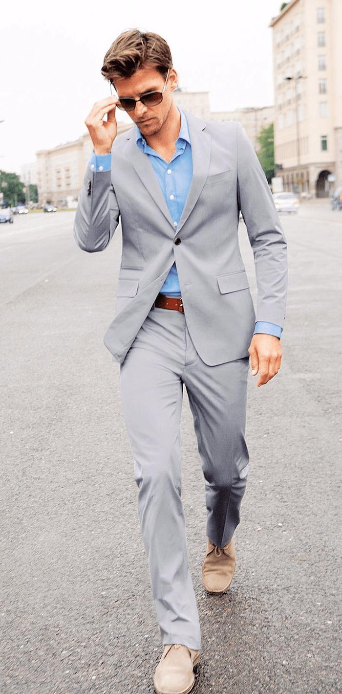 Costume deux pièces à la couleur gris, homme avec lunettes de soleil, tenue de soirée homme, inspiration tenue casual image homme