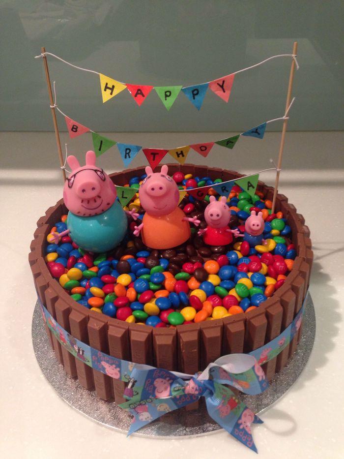 Chocolat gateau avec bonbons colorés et kit kats pour cloture peppa pig décoration gateau anniversaire garçon ou fille