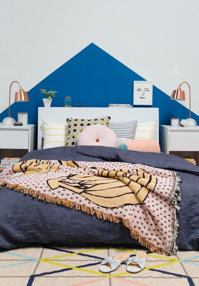 idée comment aménager une chambre ado de style moderne avec une tete de lit peinture en couleur tendance bleue