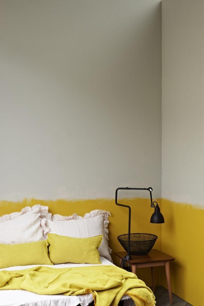 exemple comment fabriquer tete de lit originale en peinture jaune dans une pièce blanche décorée avec accents jaune