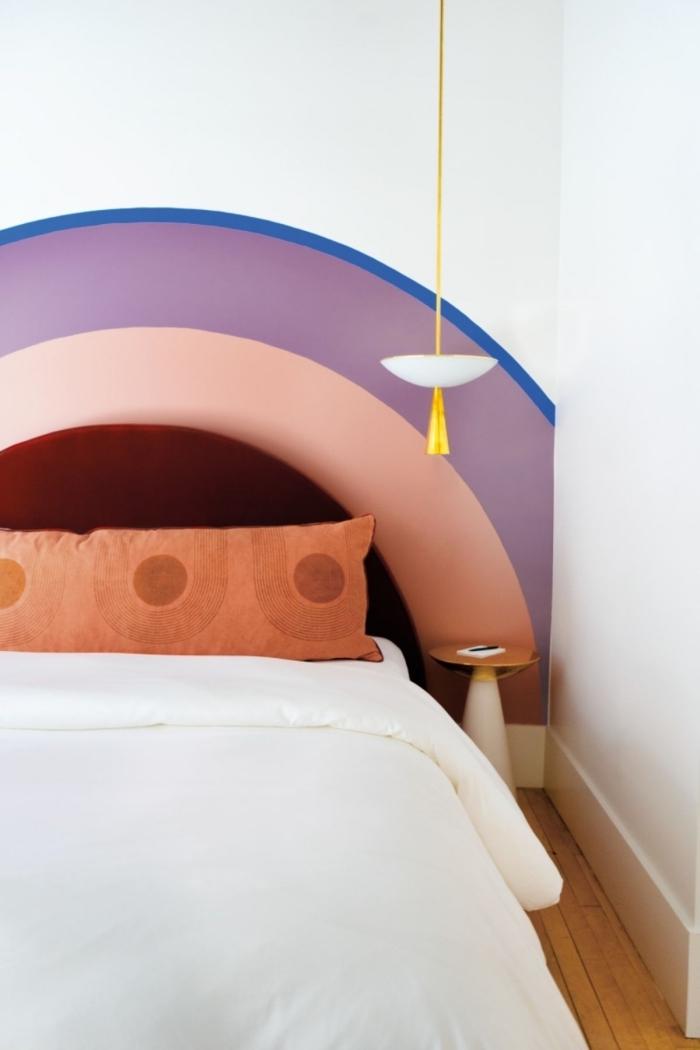 comment réaliser une jolie tete de lit diy en forme arc-en-ciel, décoration chambre moderne au parquet bois et murs blancs