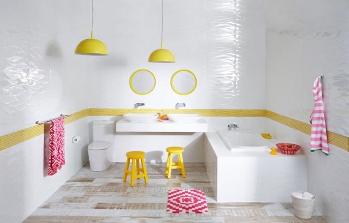 agencement salle de bain blanche avec baignoire et doubles vasque pour enfant, déco salle d'eau enfant en blanc et jaune