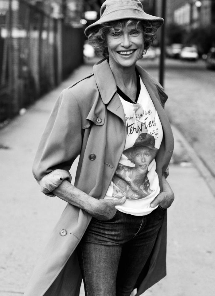 idée de look année 70 femme chic en jeans et t-shirt avec manteau long et capeline, comment bien s'habiller femme