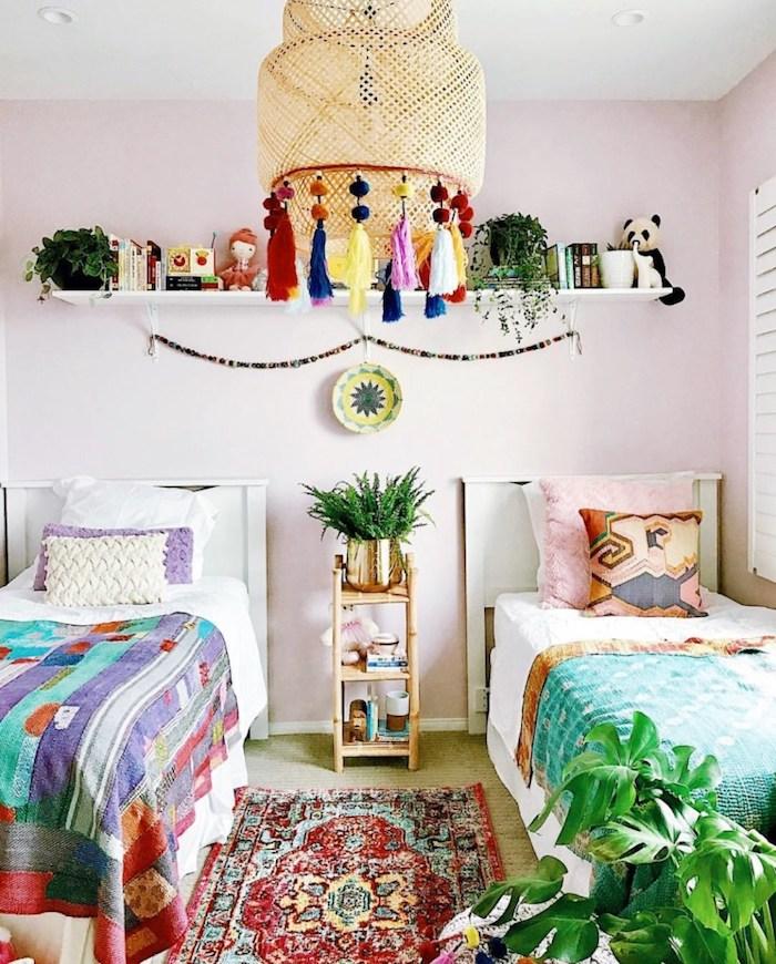 Salle violette, lustre rotin, deco exotique, comment décorer sa maison avec plantes chambre à coucher deux enfants